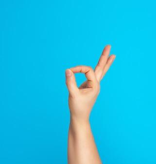 Mão mostra ok símbolo, emoção positiva
