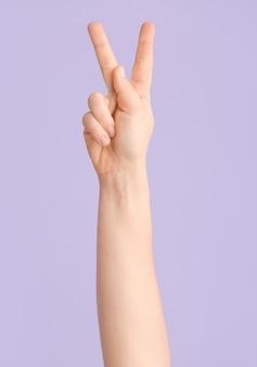 Mão mostrando a letra k na cor.