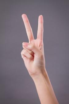 Mão mostrando, apontando para cima dois dedos, gesto com a mão vitória