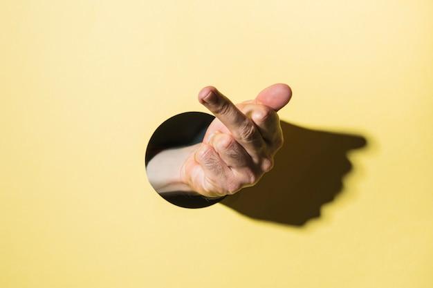 Mão, mostrando, dedo médio, através, fundo