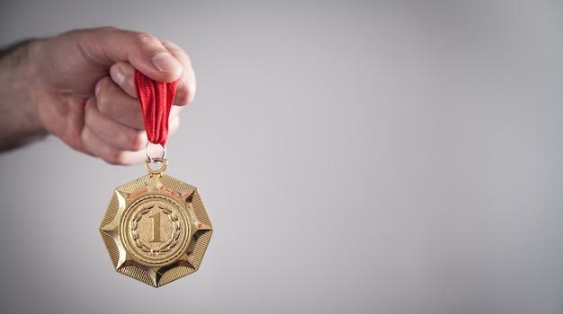 Mão mostrando medalha