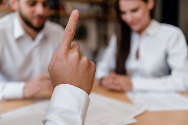 Mão mostrando o dedo como uma ideia no escritório