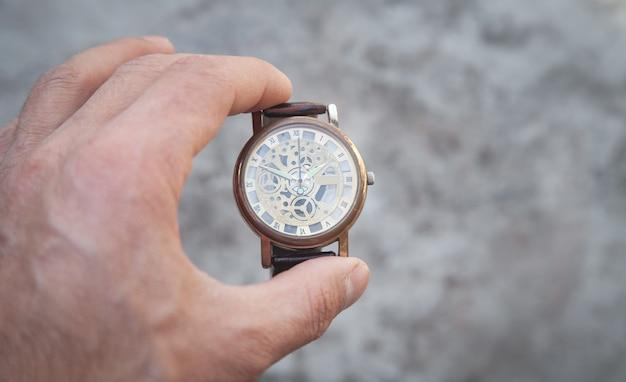 Mão mostrando o relógio de pulso. moda. tempo