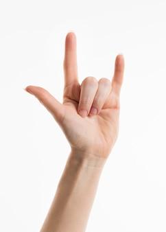 Mão mostrando o símbolo do rock and roll