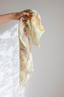 Mão mostrando tecido de seda natural
