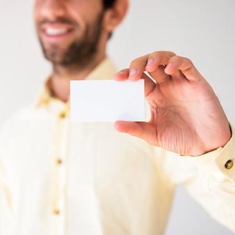 Mão mostrando um cartão em branco