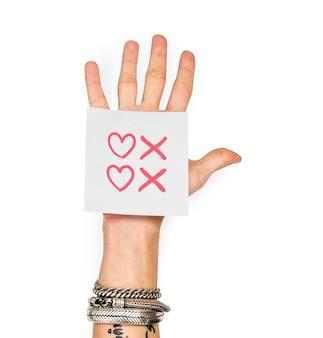 Mão mostrando uma nota auto-adesiva com corações e beijos