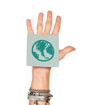 Mão mostrando uma nota auto-adesiva com um globo verde