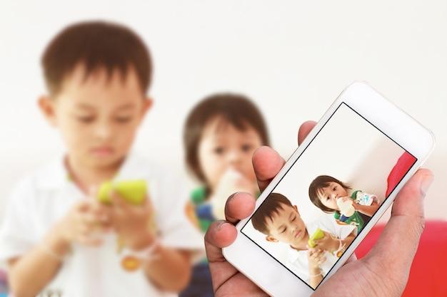Mão mostrar fotos tiradas com telefone celular.