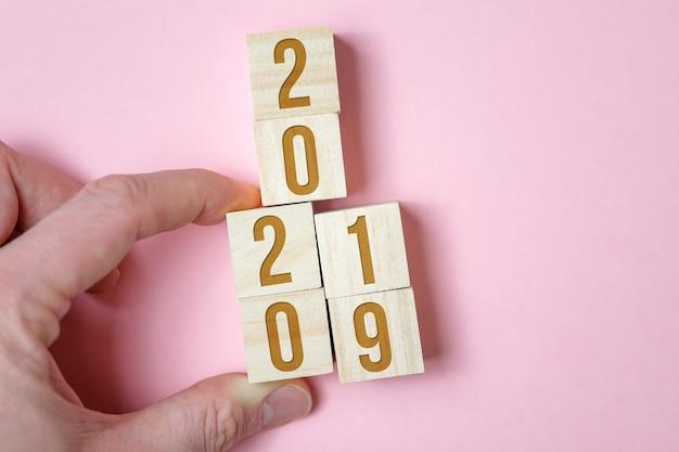 Mão muda cubos de madeira com números