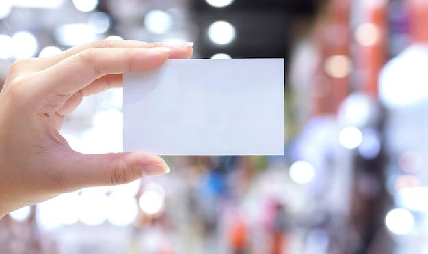 Mão mulher, mostrando, cartão negócio