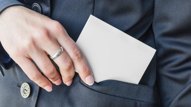 Mão mulher, pôr, cartão, em, bolso
