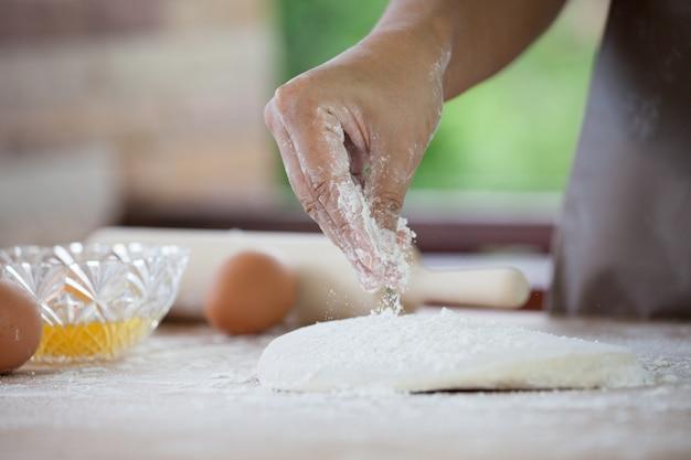 Mão mulher, preparar, massa pão, polvilhar