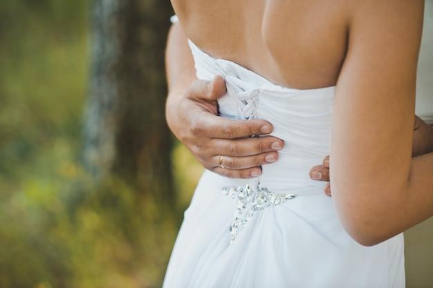 Mão na cintura da menina