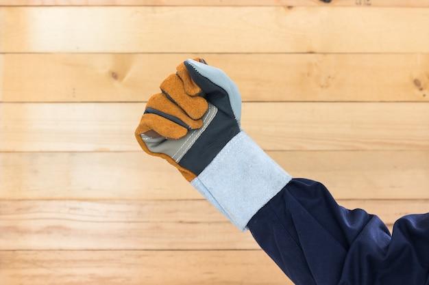 Mão na luva de couro áspero