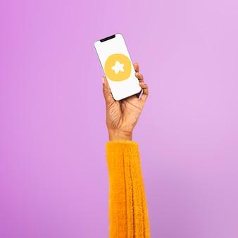 Mão na tela do smartphone com ícone de estrela de mídia social