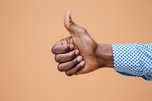 Mão negra polegar para cima gesto