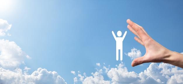 Mão no fundo do céu segura ícone humano