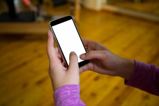 Mão numa mulher usando telefone celular