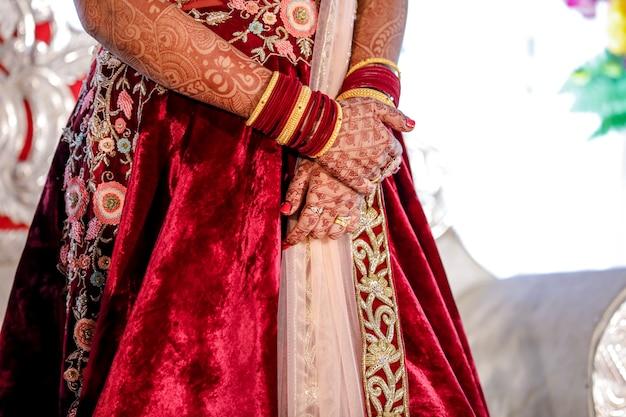 Mão nupcial indiana com design mehandi