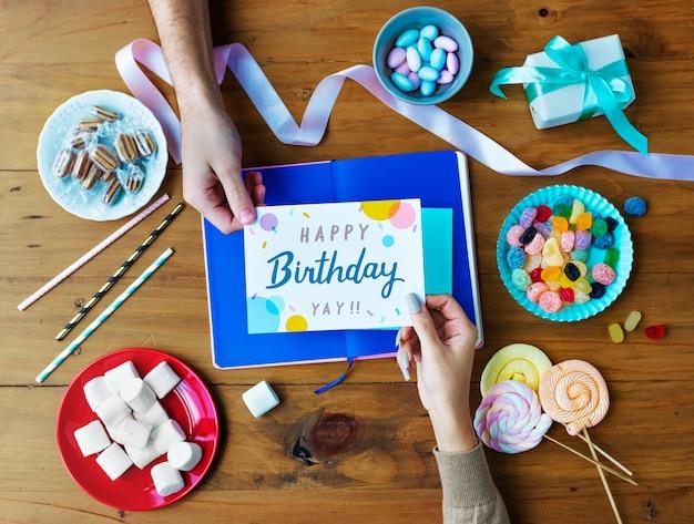 Mão, obtendo, aniversário, desejando, cartão
