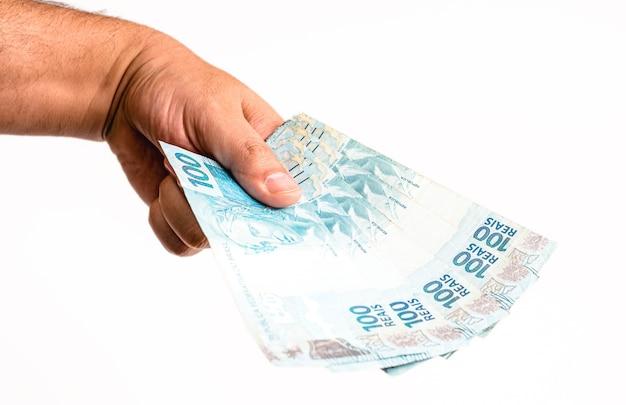 Mão oferecendo notas de cem dólares, dinheiro do brasil