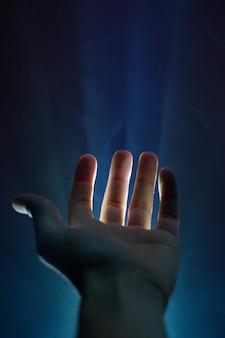 Mão olhando para cima