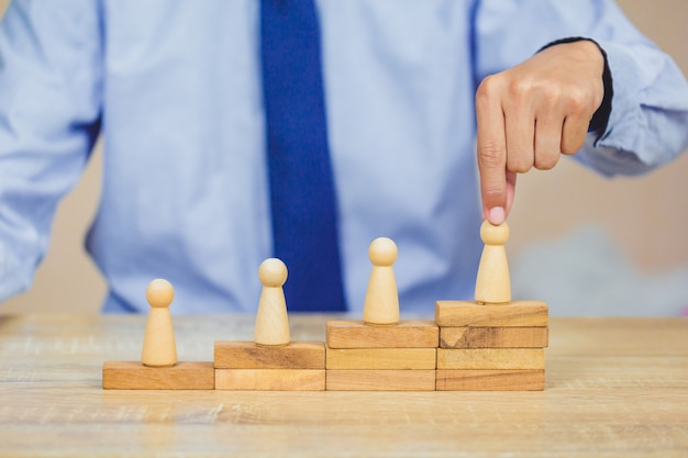 Mão, organizando, madeira, bloco, empilhando, com, ícone, negócio, recurso humano