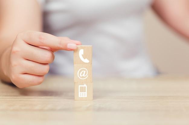 Mão, organizando, madeira, bloco, empilhando, com, iconl, telefone, correio, endereço, e, telefone móvel