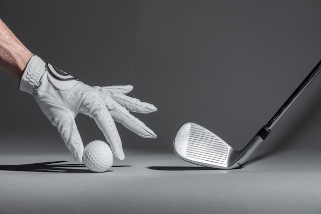 Mão organizar bola de golfe para o jogo