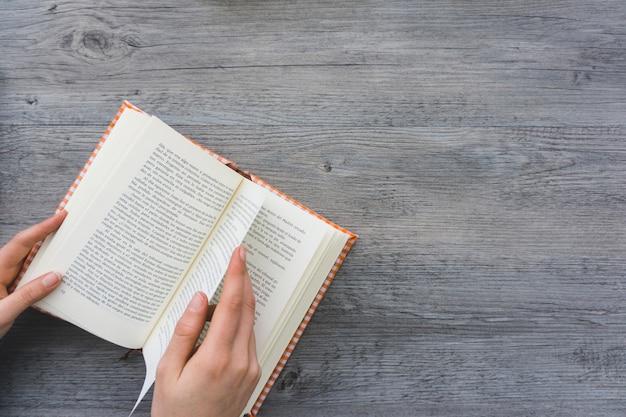 Mão, passagem, página, livro