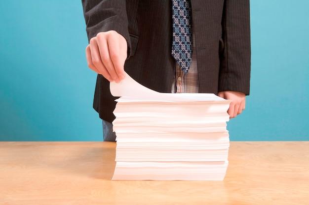 Mão pegando papel