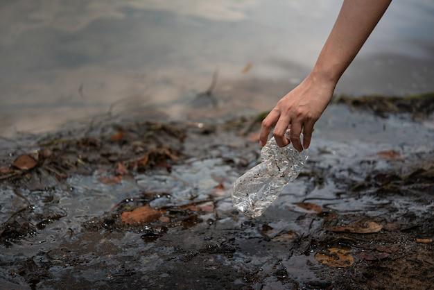 Mão pegar garrafa de plástico da água