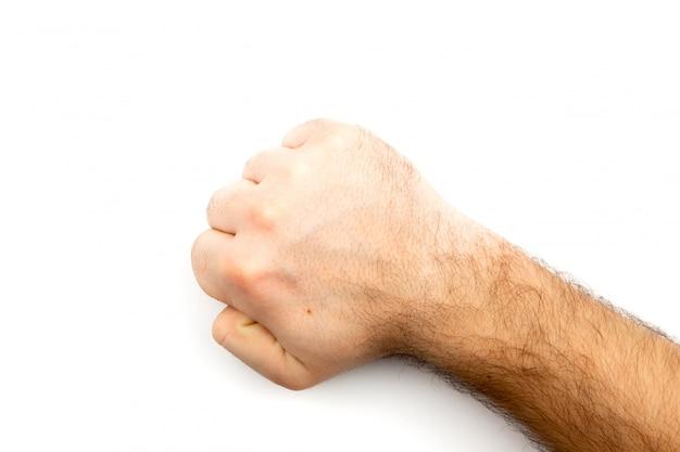 Mão peluda masculina mostra o punho que simboliza perigo, crime, golpe, luta isolada no fundo branco
