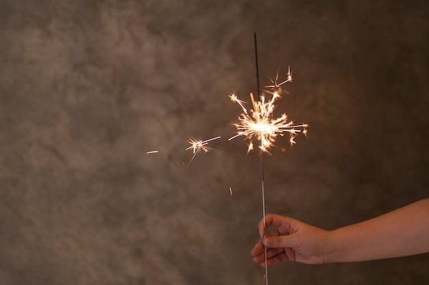 Mão pessoa, com, flamejante, luz bengal, em, nevoeiro