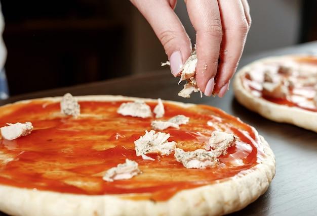 Mão, pizza, cozinhar, carne de frango, massa grossa, massa de pizza, chef prepara pizza deliciosa em casa, pizza com frango, processo de cozimento