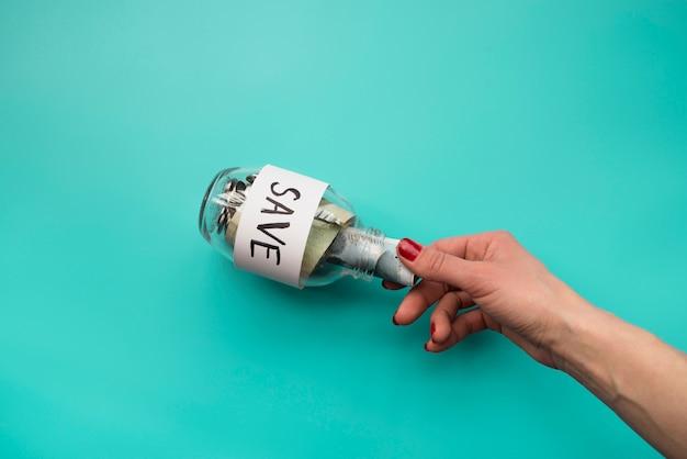 Mão, pôr, dinheiro, em, jarro