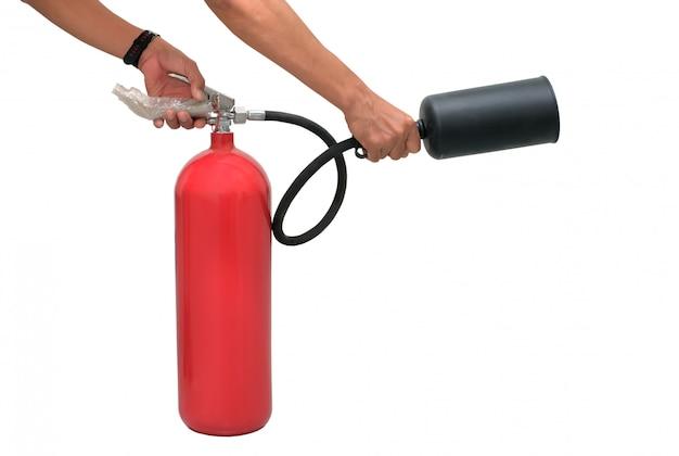 Mão pressiona o extintor de incêndio gatilho isolado no branco