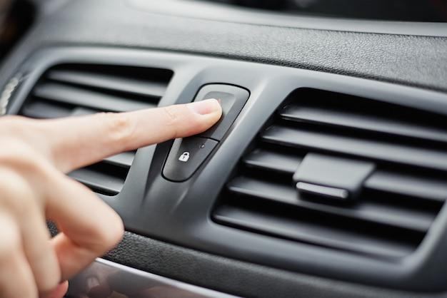 Mão pressione o botão de parada de emergência no carro