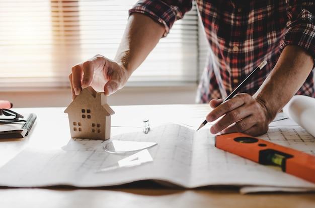 Mão profissional arquiteto, engenheiro ou interior mãos desenhando com blueprint