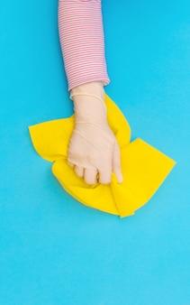 Mão protetor luva rosa pano limpador fundo branco azul amarelo