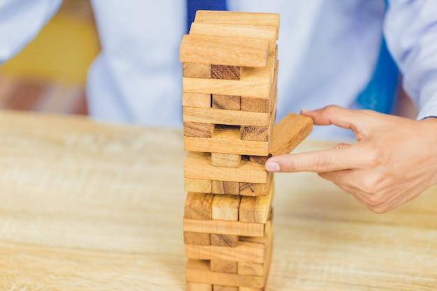 Mão, puxando, saída, ou, colocar, bloco madeira, ligado, a, torre, plano, e, estratégia, em, negócio