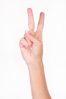 Mão que indica o número dois com os dedos