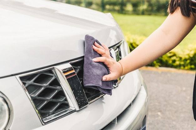 Mão que limpa um carro