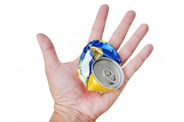 Mão que mantém uma lata de lixo amarrotada isolada no fundo branco.