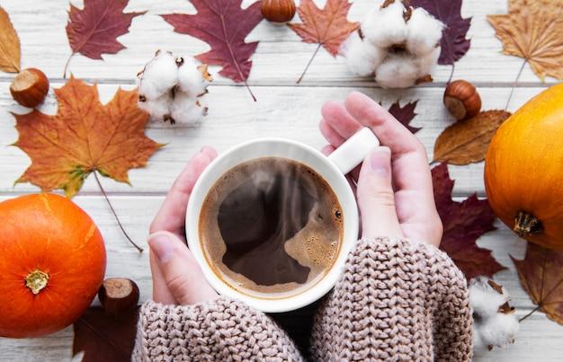 Mão que prende o café quente