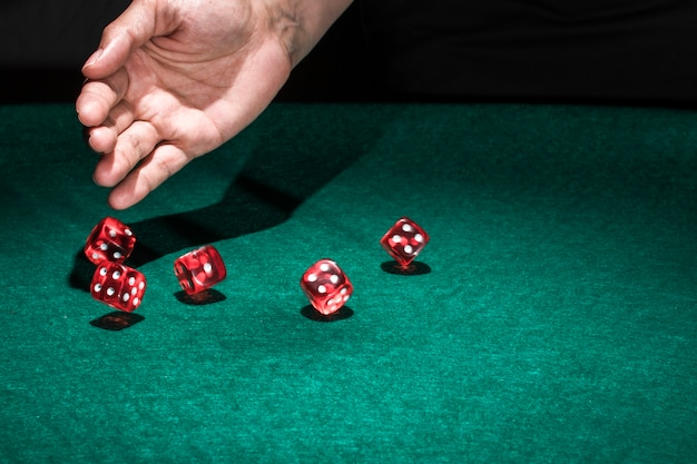 Mão, rolando, dados, ligado, pôquer, tabela