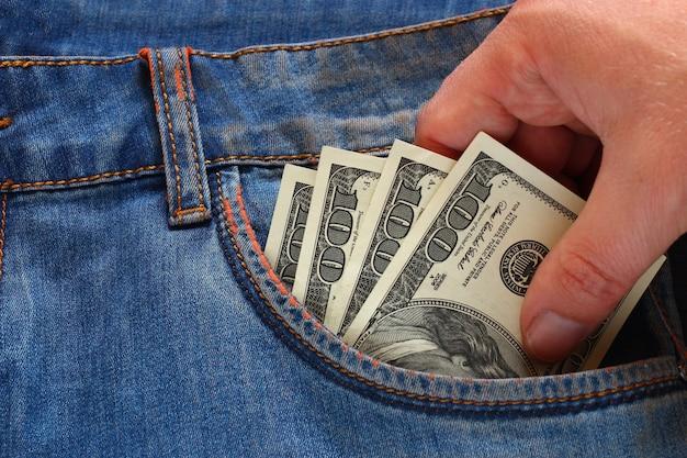 Mão roubando dinheiro do bolso