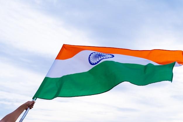 Mão segurando a bandeira da índia. dia da independência da índia, 15 de agosto.