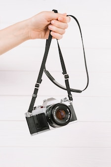 Mão segurando a câmera